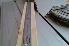 Lineal liegt auf Reststück und markiert eine 300mm Linie, um einen Abstandsblock zu markieren.