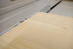 Sägeblatt einer Tischkreissäge ist so weit ausgefahren, dass ein halber Sägezahn über das Werkstück herausragt