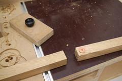Das Bohrloch einer Quadratleiste wird mit einer Dübelspitze auf eine zweite Quadratleiste übertragen.