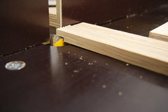 Auf der Tischfräse wird die Falz der Ablageleisten gefräst