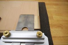 Ein in der Schärfführung eingespanntes Hobeleisen wird am 90° Stoppblock rechtwinklig ausgerichtet
