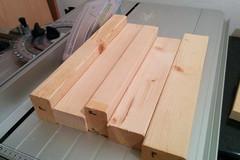 Auf einem Pfosten des Vorratregals ist die Nutbreite markiert und die beiden äußeren Stellen mit der Tischkreissäge genutet.