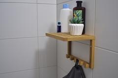 Handtuchhalter mit Ablagefläche ist montiert an der Wand.