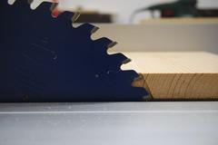 Tischkreissägeblatt sägt mit vollständig ausgefahren Kreissägeblatt Kiefernholz