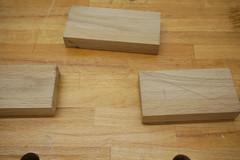 Die drei Holzklötze, aus denen der Klopapierhalter gebaut wird, liegen auf der Werkbank