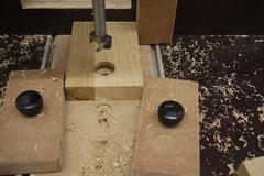 Ein 20mm Forstnerbohrer bohrt ein Sackloch in ein Seitenteil des Toilettenrollenhalters