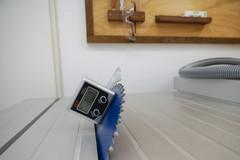 Der Neigungsmesser ELV Bevel-Box misst den Schnittwinkel des Sägeblattes einer Tischkreissäge.