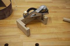 Ein Einhandhobel liegt nach dem Brechen der Kanten auf dem Werkstück.
