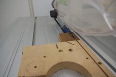 Akazienholz wird mit einem MDF Opferholz an der Tischkreissäge in passende Anschlagblöcke zersägt