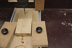 Ein 3mm Holzbohrer bohrt zwei Schraubenlöcher zur Wandbefestigung des Klopapieralters vor