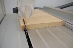 Ein Streifen für eine Leiste wird aus einer Buche Leimholzplatte gesägt.