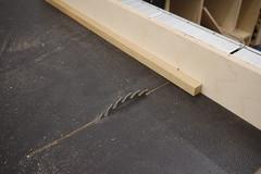 Eine Eiche Quadratleiste wird auf einem Schiebeschlitten auf der Tischkreissäge abgelängt