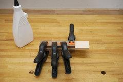 Ein Streifen Ahorn wird zwischen zwei Walnussholz verleimt, um den Stiel für den Holzhammer herzustellen.