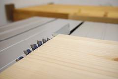 Sägeblatt einer Tischkreissäge hat eine Höheneinstellung, sodass der Sägeblattzahngrund auf Höhe der Werkstückoberseite liegt