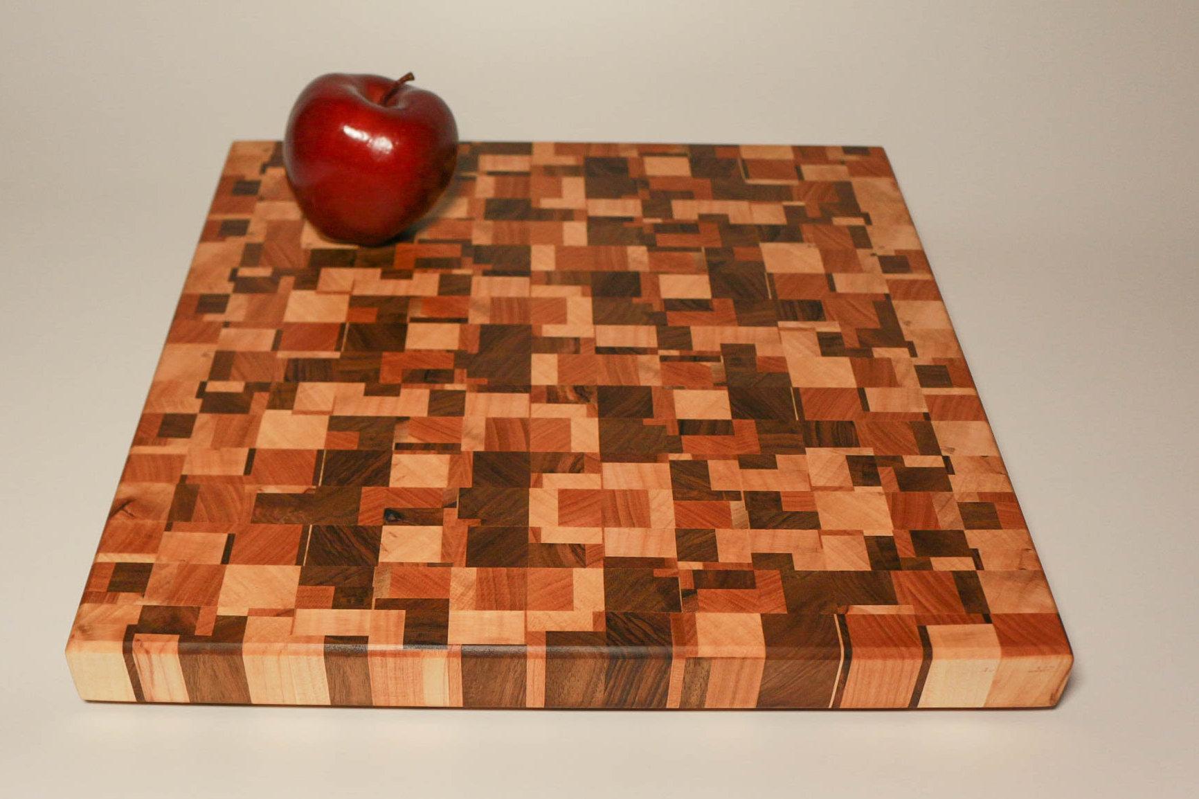 Schneidebrett aus Hirnholz im Schachbrettmuster aus dunklem und hellem Holz