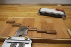 Ein dünnes Holz zwischen Hobeleisenschneide und Anschlagblock verschiebt das Hobeleisen, um eine Mikrofase anzuschleifen