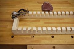 Mit Einhandhobel und Schleifpapier werden die Kanten des Schraubzwingenhalters gebrochen